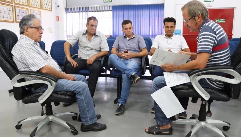 Membros das comissões de Legislação e Obras  analisam Projeto do Executivo Municipal