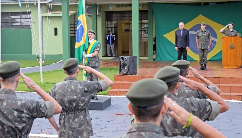 Presidente da Câmara prestigia cerimônia alusiva ao Dia da Bandeira