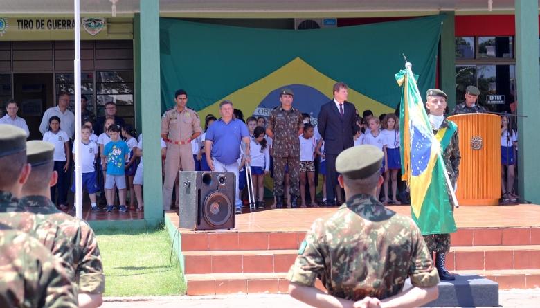 Presidente do Legislativo prestigia cerimônia alusiva ao Dia da Bandeira