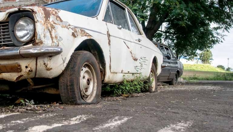 Vereadores aprovam em 1º turno projeto que autoriza Executivo a remover veículos abandonados das ruas