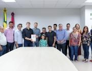 Câmara prestigia entrega de O.S. para construção de quadra coberta na Escola Ângelo Darolt