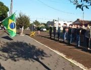 Jovens de Medianeira prestam o compromisso perante a Bandeira Nacional