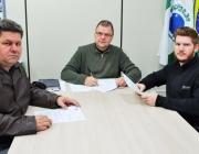 Presidente e 1º Secretário da Câmara assinam projetos aprovados do Executivo Municipal
