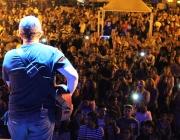 Show com cantor gospel Nani Azevedo levou centenas de fiéis à Praça Ângelo Darolt
