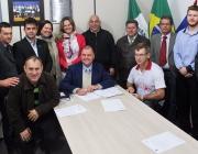 Vereadores participam da assinatura de autógrafo que declara criação da AMPP