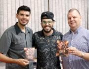 Vereadores recebem visita do cantor Fabio Mahan