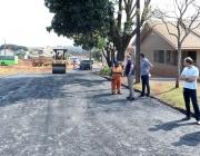 Vereadores vistoriam andamento de pavimentação asfáltica na Rua Lígia Fogassa