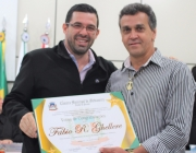 Vereador Jean Bogoni entrega título com Votos de Congratulações a medico do Município
